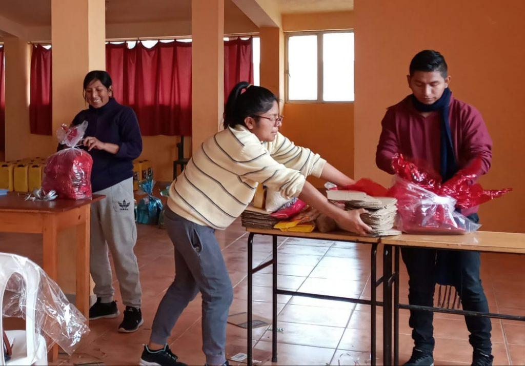 Facundo Vela - Voluntarios elaborando los kits de alimentos de la Campaña Navideña #RegalaTuCorazón